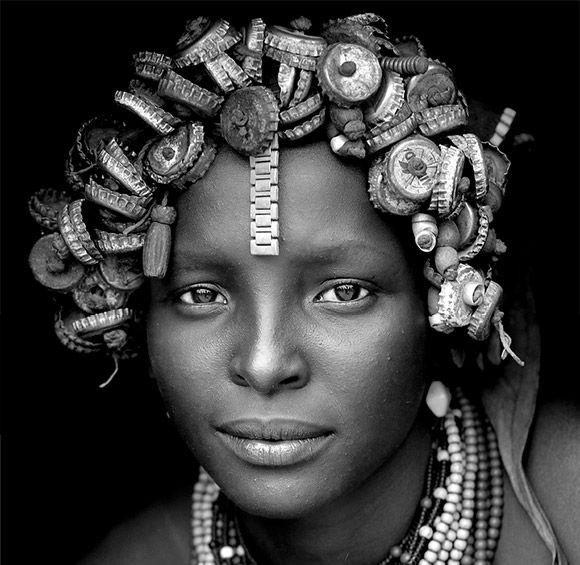 قبیله ای در اتیوپی که از زباله های دنیای مدرن به عنوان زیورآلات استفاده می کنند