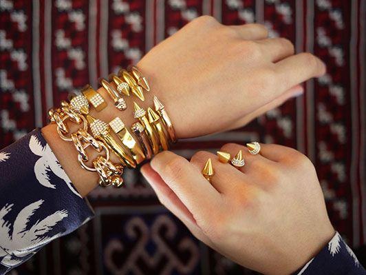 نحوه ست کردن چندین دستبند در کنار یکدیگر